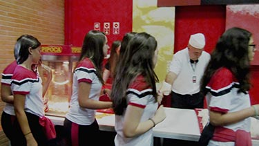 A pipoca, o suco e o clima de confraternização inserem os alunos em um  momento de integração e diversão. 96b81383e4